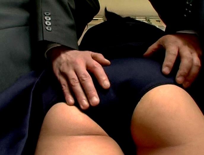 見ず知らずの大人達に、初めてお尻を触られた、バス通学のうぶ女子。