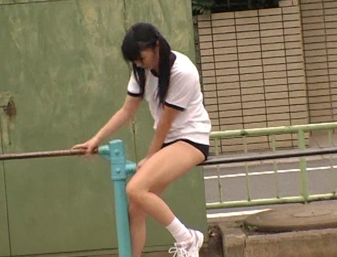 鉄棒にまたがり股間を擦りつける行為に夢中な女子。
