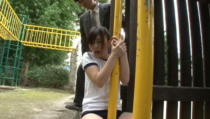 公園の[登り棒]でブルマ越しのクリトリスをグイグイ擦りつけて