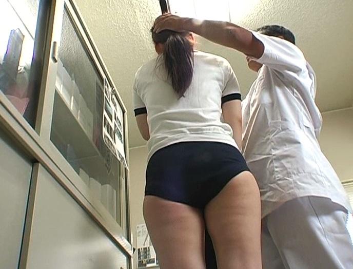 医者の友達に頼み込んで助手に成り済まし学校の保健室でスケベな測定三昧!!おさわりうぶエロ身体測定