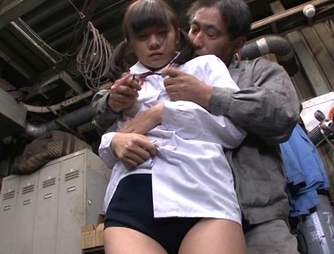 工場見学でクラスメイトと少し離れて歩く「うぶな女の子」